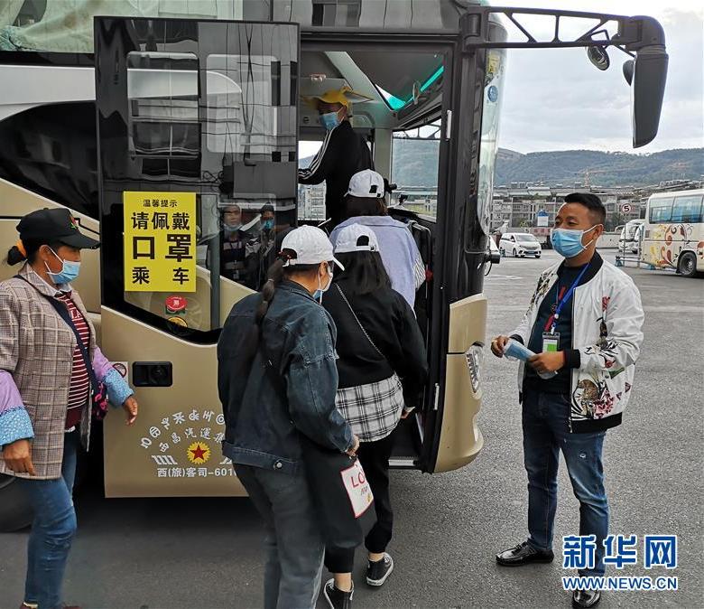 """四川大凉山:""""返岗专车""""送务工人员复工"""