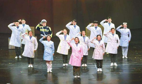 四川大剧院复工首演 《遍地英雄》致敬抗疫川人